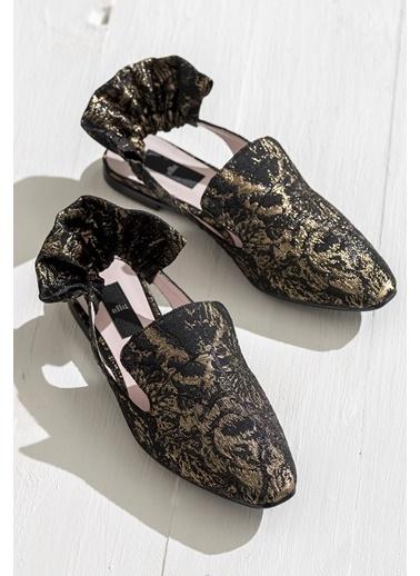 Elle Desenli Sivri Burun Ayakkabı Siyah
